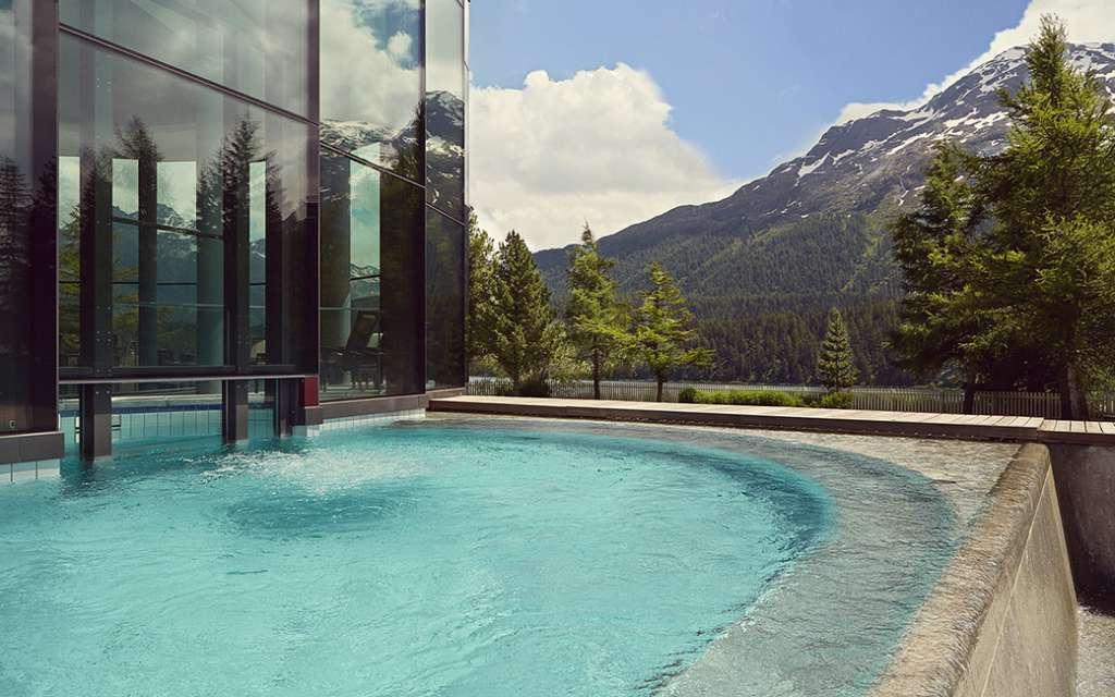 הבריכה החיצונית במלון בדרוטס פאלאס בסן מוריץ