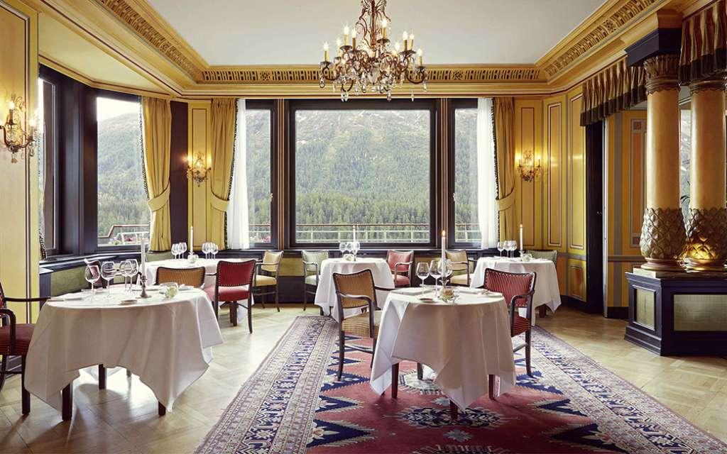 חדר מסעדה ונוף במלון בדרוטס פאלאס בסן מוריץ
