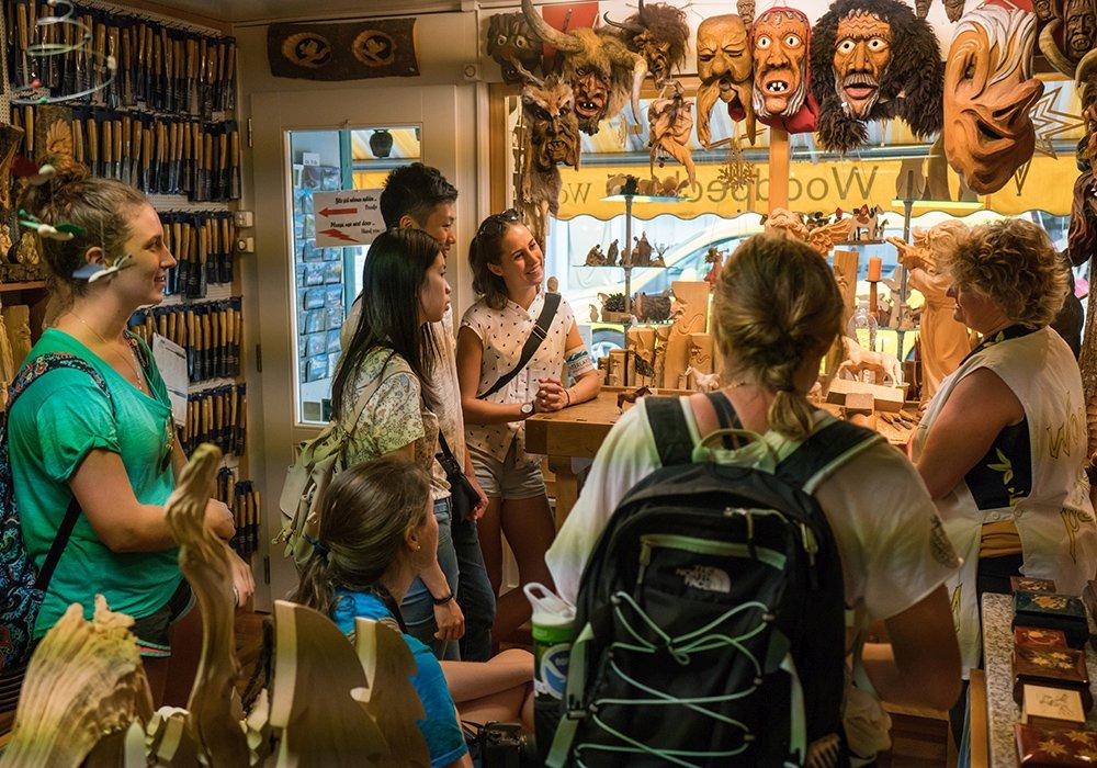 בית מלאכה לגילוף עץ בסיור תרבות ווטעימות באינטרלקן
