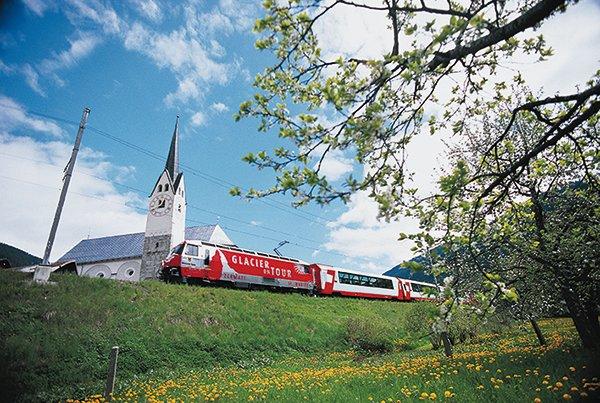 רכבת בקו הקרחונים נוסעת ליד עיירה במחוז סורסלבה