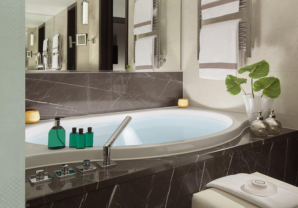 חדר אמבטיה בחדר במלון ספא רויאל סבוי בלוזאן