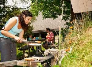 פיקניק משפחתי בגינת החדר בכפר הנופש ווילדהאוס