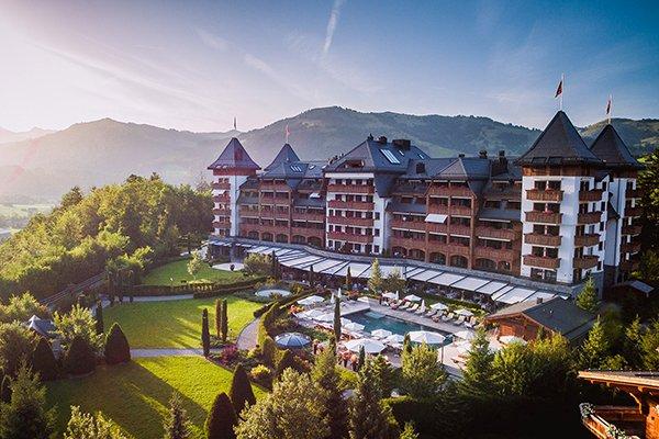תמונת מלון ספא אלפינה על רקע הנוף בגשטאט