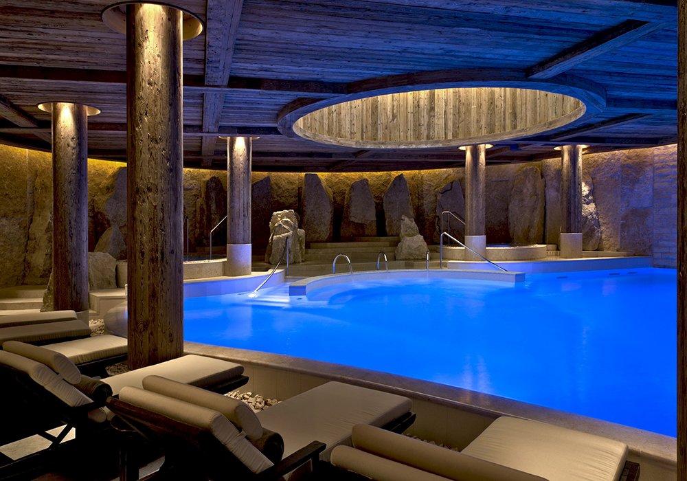 הבריכה המקורה המעוצבת במלון ספא אלפינה בגשטאט