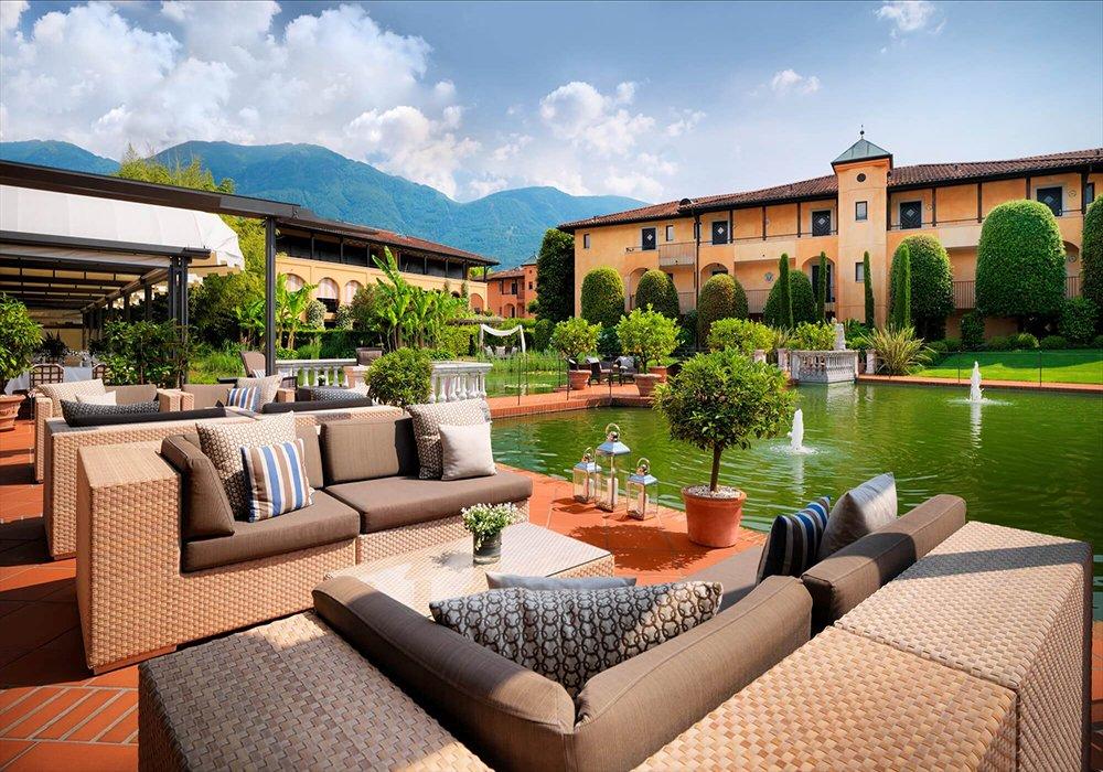 פינת ישיבה בגן מלון גי'ארדנו אסקונה