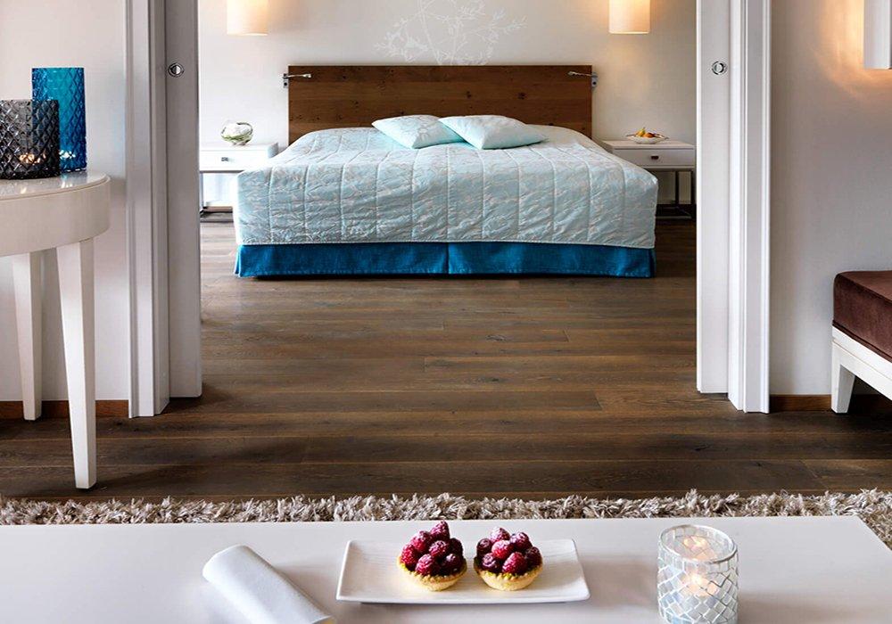 חדר שינה ומיטה במלון גי'ארדנו אסקונה