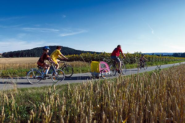 טיול משפחות ופעוט לאורך נהרות שוויץ