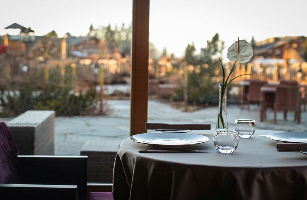 שולחן מסעדה ונוף בשאטלה רויאלפ בווילאר