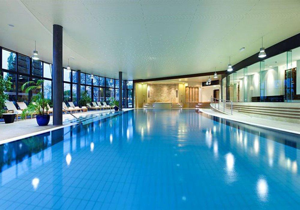 הבריכה המקורה במלון פיירמונט פאלאס במונטרה