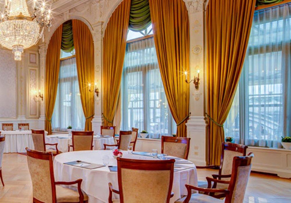 אולם המסעדה במלון פיירמונט פאלאס במונטרה