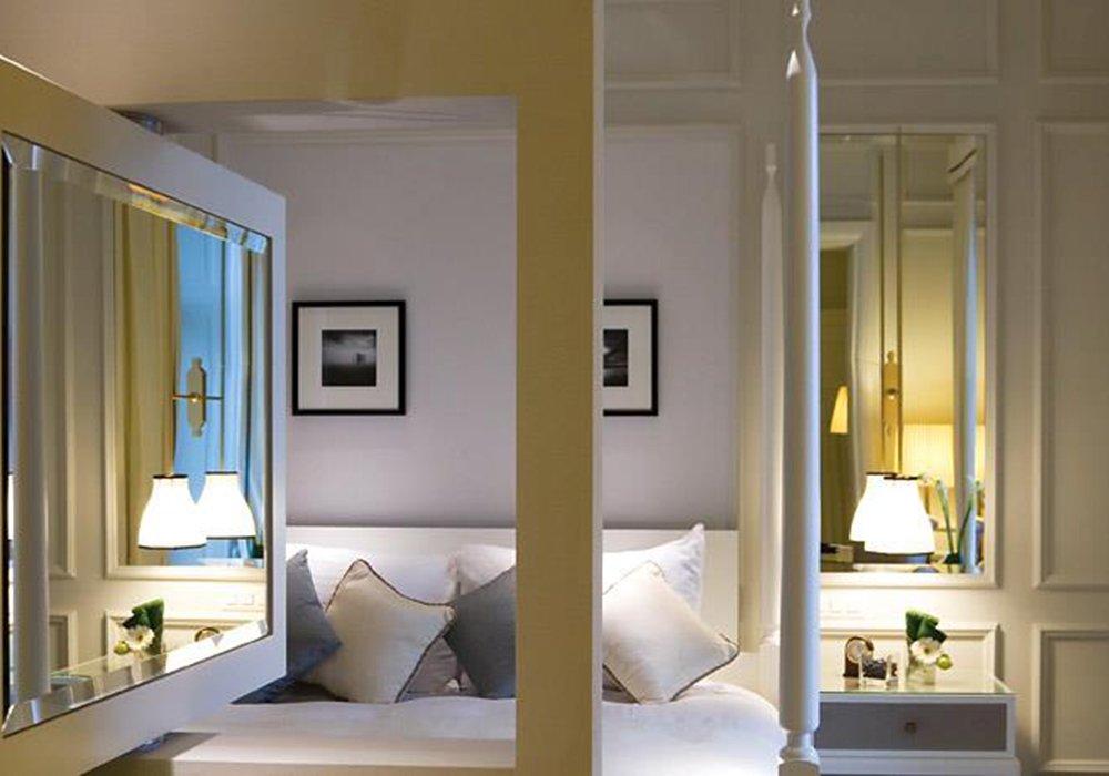 חדר ומיטה במלון פיירמונט פאלאס במונטרה
