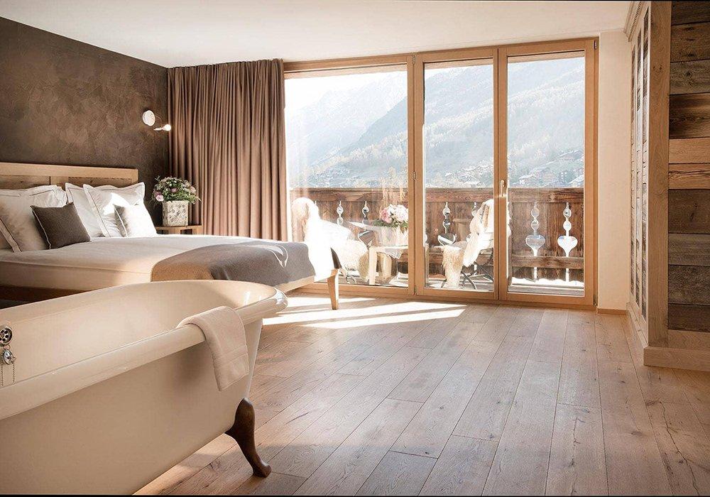 אמבטיה מיטה ומרפסת במלון פיירפליי בזרמאט