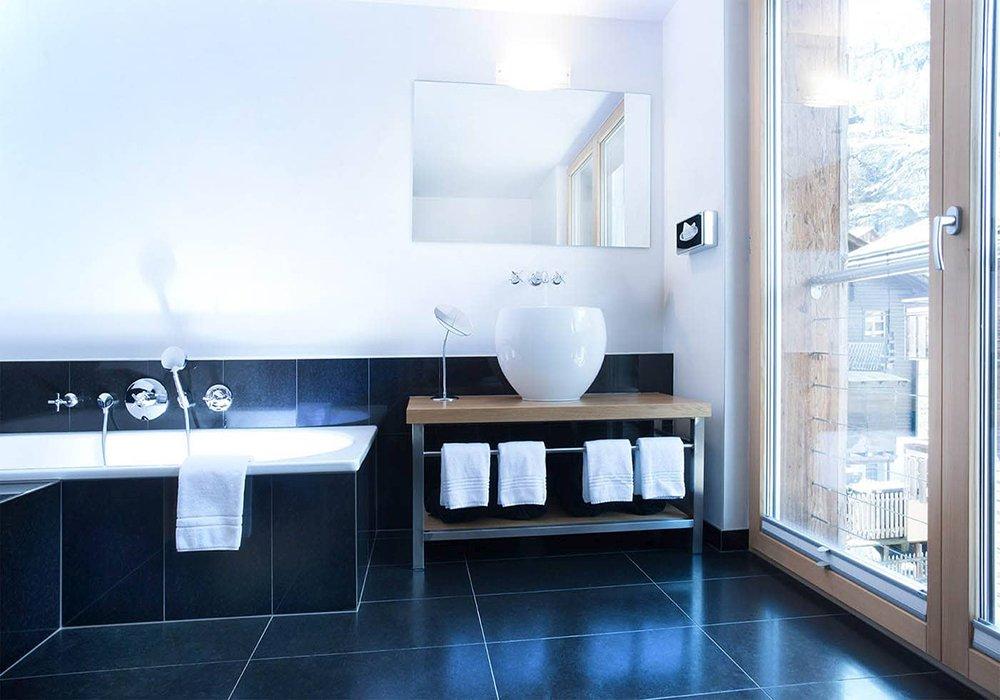 חדר אמבטיה במלון פיירפליי בזרמאט