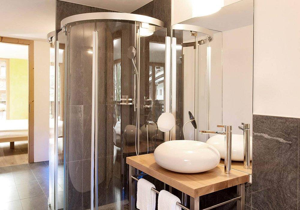 חדר מקלחת במלון פיירפליי בזרמאט