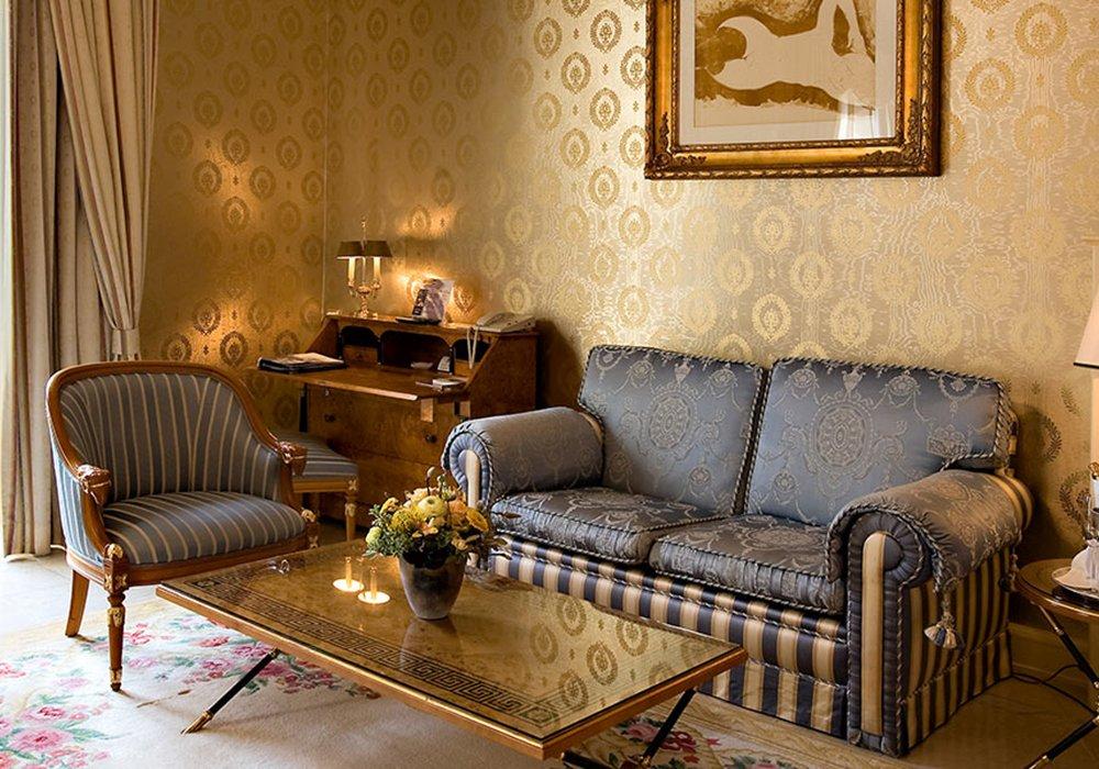 כורסא בחדר במלון גראנד הוטל רויאל בלוצרן
