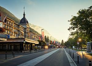 הרחוב הראשי באינטרלקן על רקע ההרים