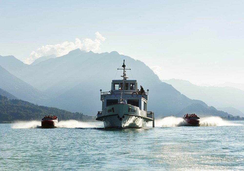 סירות jetboat מלוות ספינת נוסעים באגם ברינץ