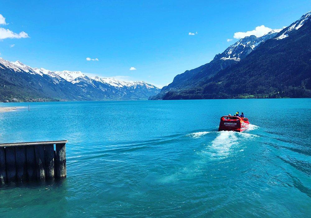 סירת jetboat יוצאת מהמעגן באגם ברינץ