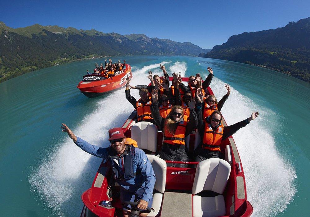 נוסעים מריעים בסירות jetboat באגם ברינץ