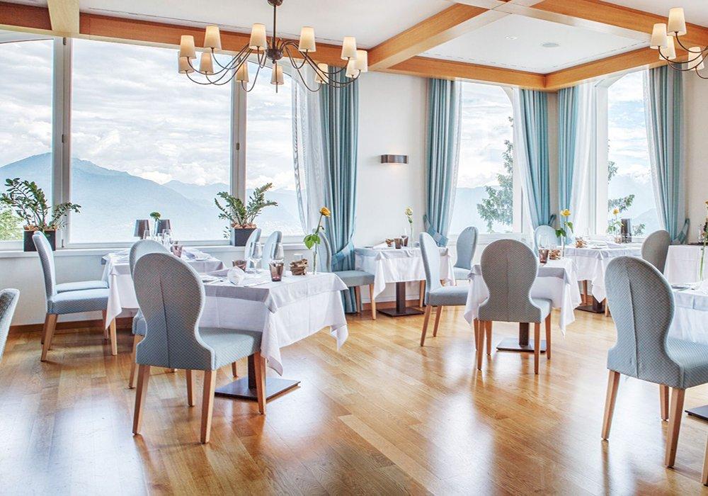 המסעדה והנוף במלון קורהאוס קדמריו בלוגאנו