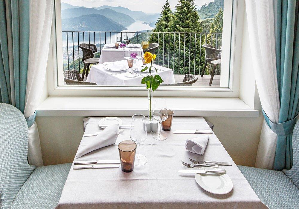 שולחן מסעדה ונוף במלון קורהאוס קדמריו בלוגאנו