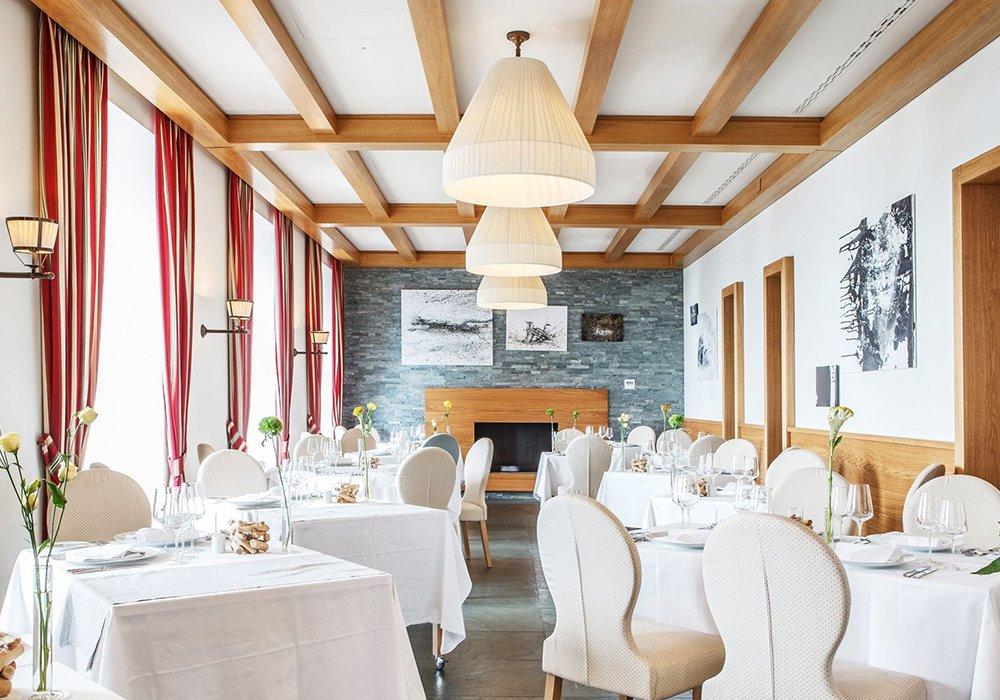 חדר המסעדה במלון קורהאוס קדמריו בלוגאנו