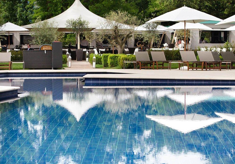 הבריכה החיצונית בגן מלון לה רזרב בלוזאן - אגם ז'נבה