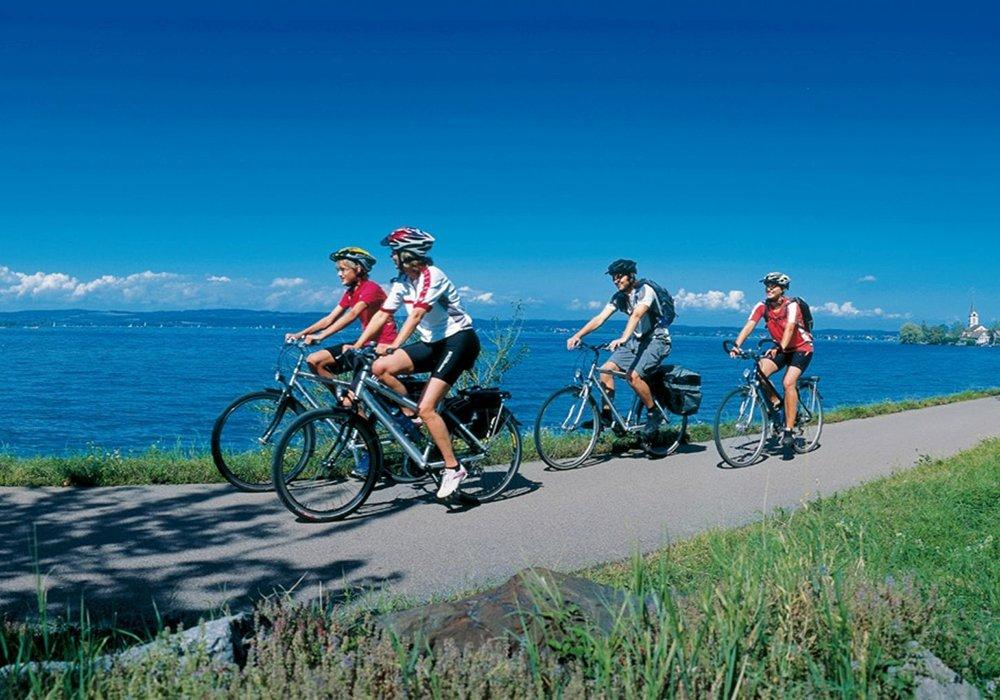רוכבות במסע אופנים בין אגמי שוויץ