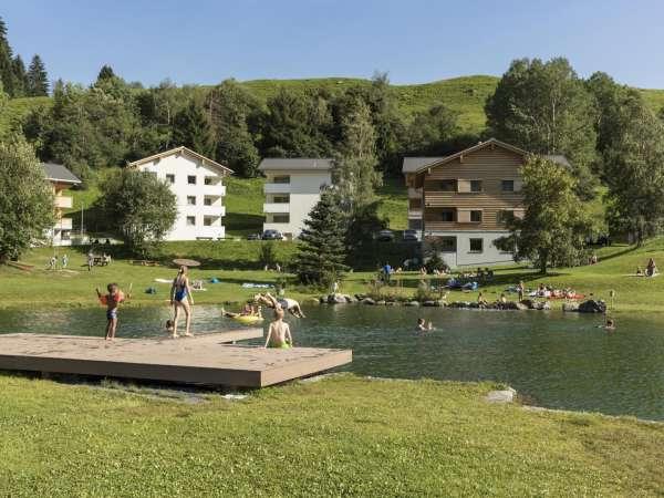 נופשים משתעשעים באגם הקטן בכפר הנוש פראדס