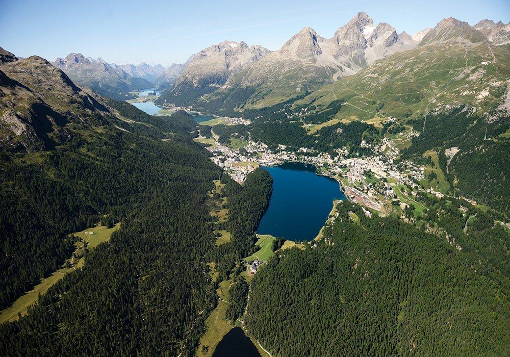 פנורמת נוף הרים ואגם בשוויץ בקיץ