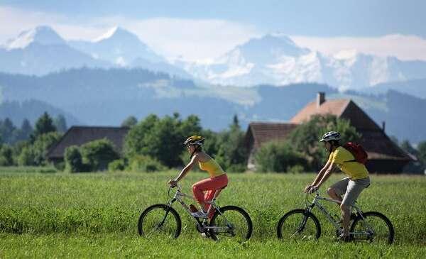 רוכבי אופניים באזור אמנטל באלפים הברניים
