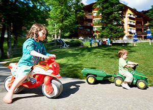 ילדים משתעשעים בחזית כפר הנופש בהסליברג
