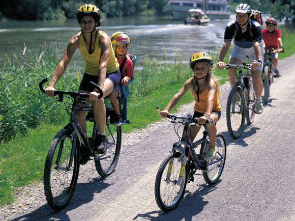 משפחה עם ילדים רוכבת לאורך נהר הריין