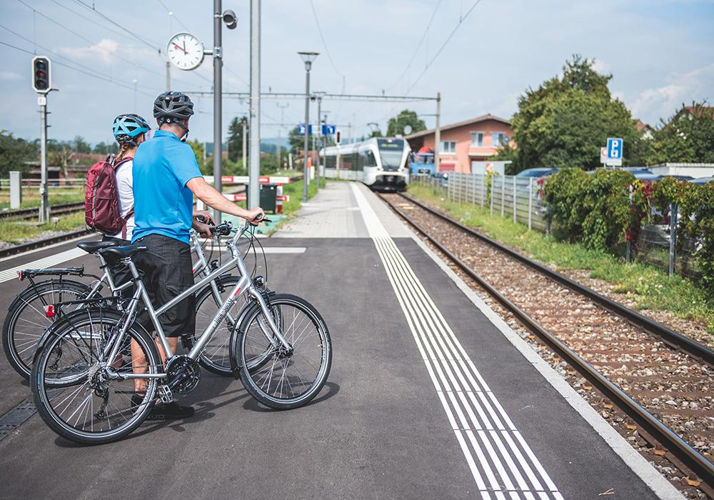 רוכבים ממתינים לרכבת באזור אגם זוג