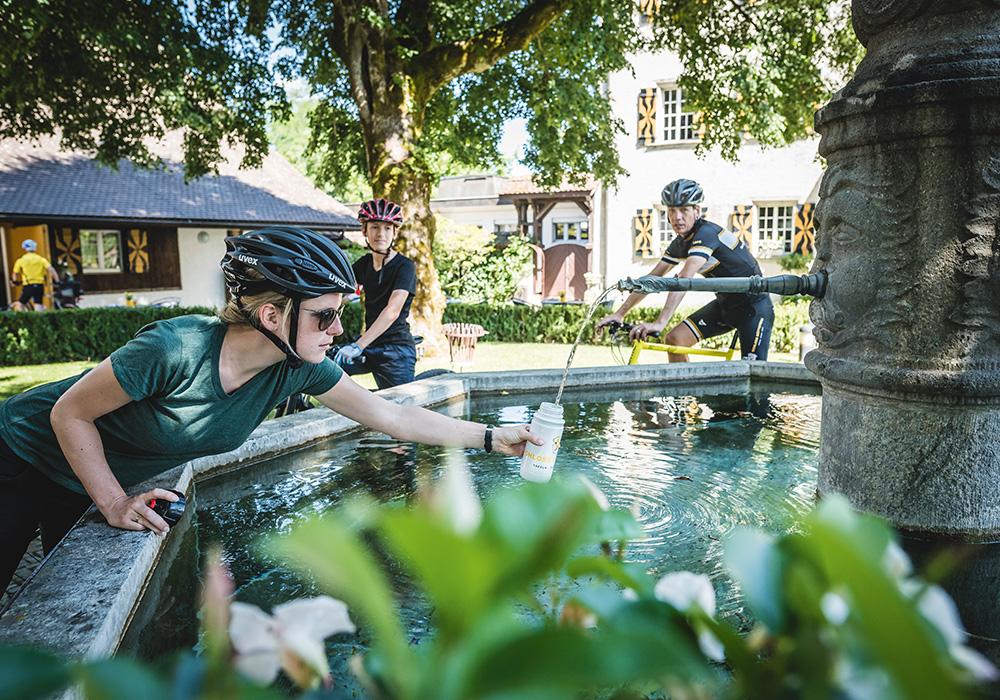 רוכבים עוצרים להפוגת שתייה בבואטטנשטיין