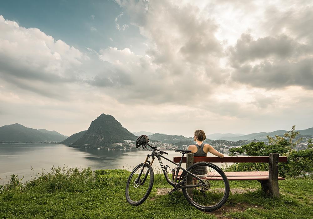 רוכבת עוצרת להפוגה באזור אגם לוגאנו