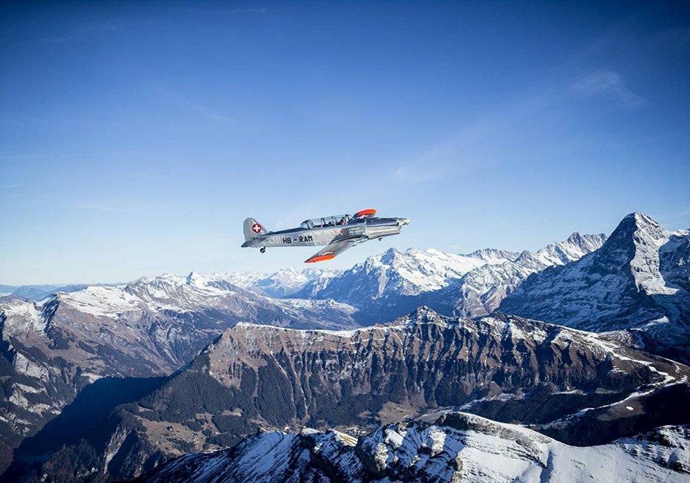 מטוס קל מעל האלפים