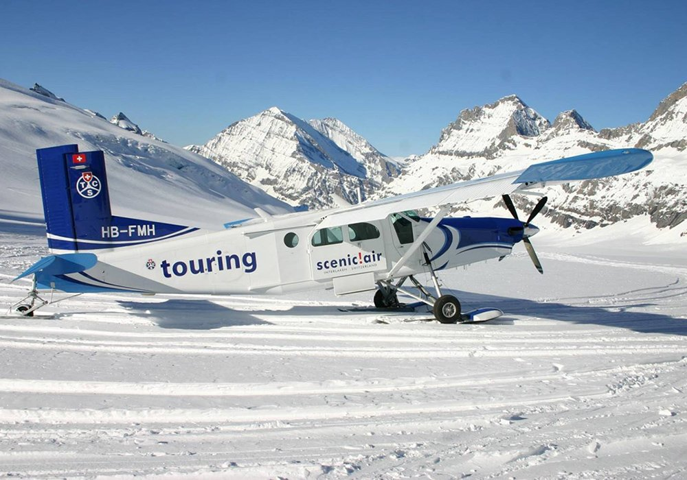 המטוס הקל בנחיתה על הקרחון