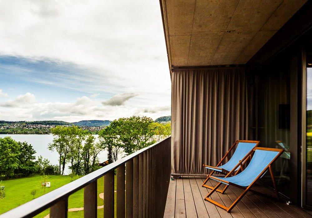 כסאות נוח במרפסת במלון ספא סירוז באגם האלוויל