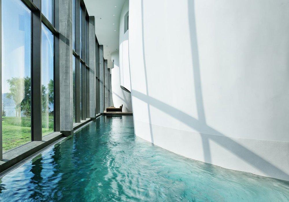 בריכה מקורה מעוצבת במלון ספא סירוז באגם האלוויל