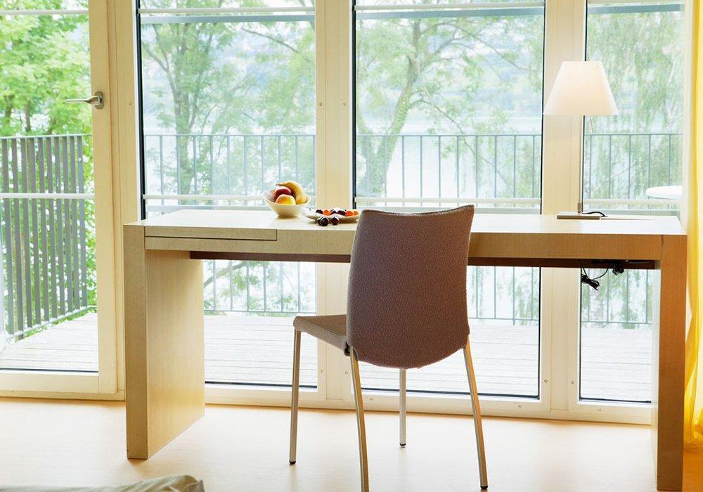 שולחן כתיבה עם חלון למרפסת במלון ספא סירוז באגם האלוויל
