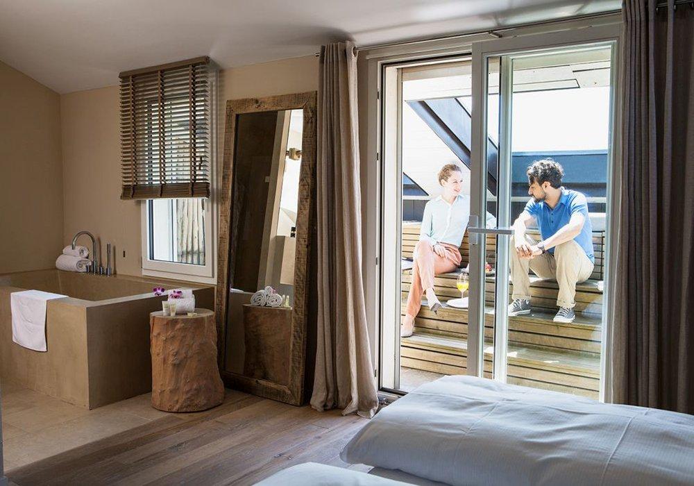 מנוחה על המרפסת בחדר במלון ספא סירוז באגם האלוויל