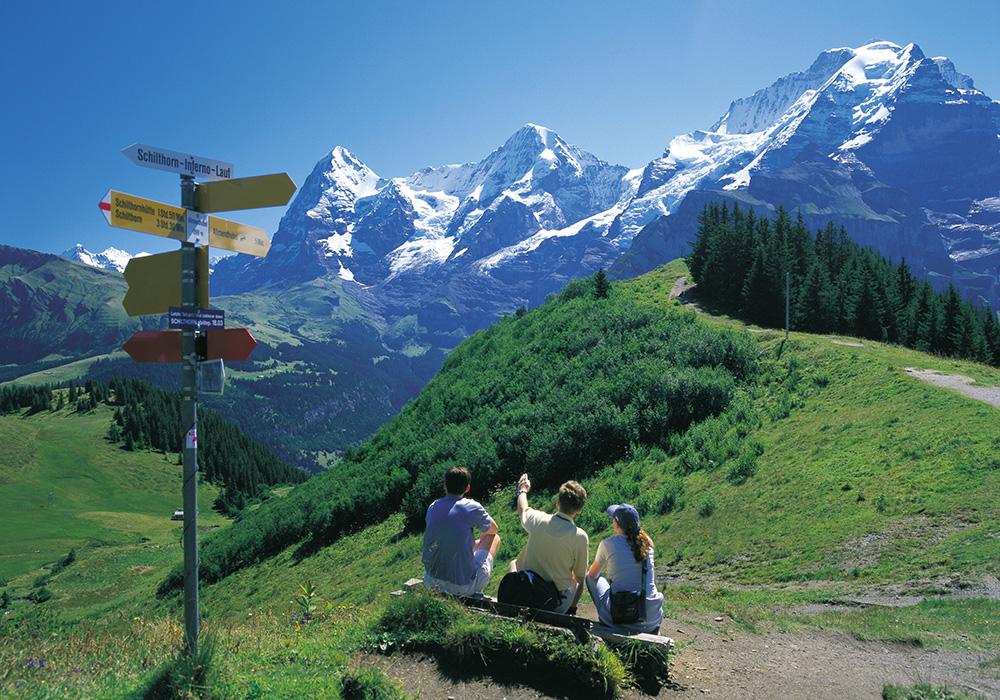 מדריך ומטיילים עוצרים להסברים באזור רכס היונגפראויוך