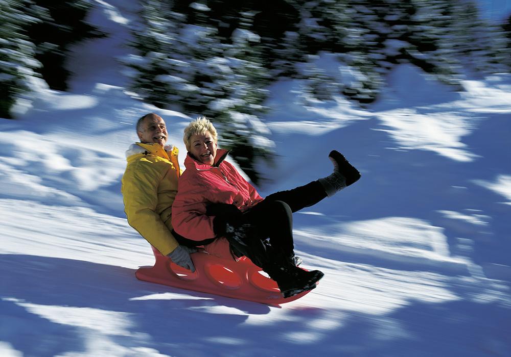 זוג מבוגר מחליק על מזחלת שלג