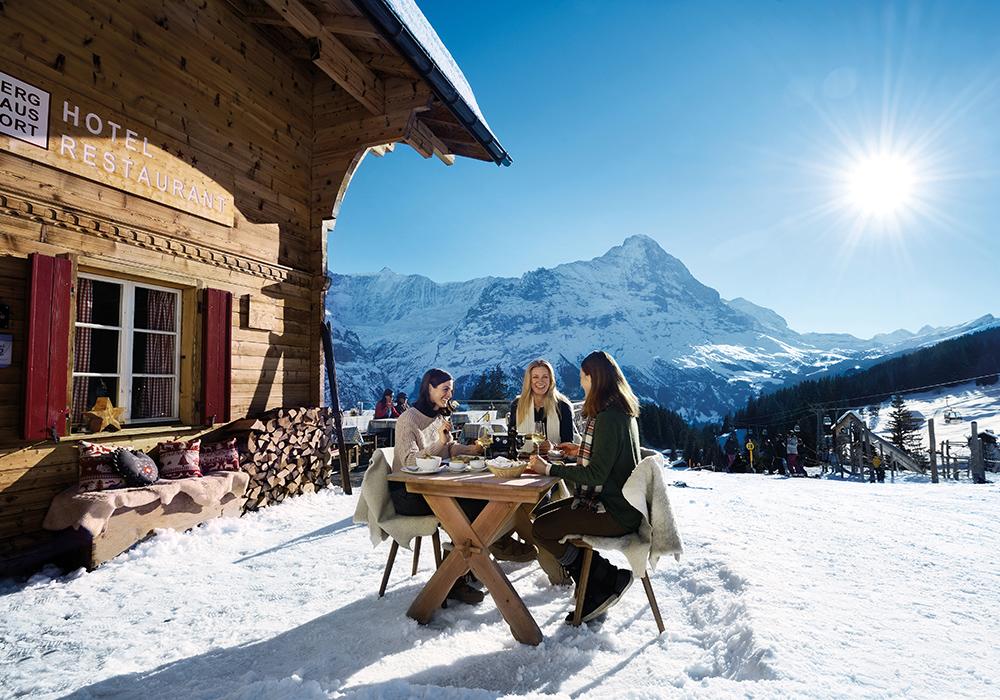 ארוחה על רקע ההרים בחורף