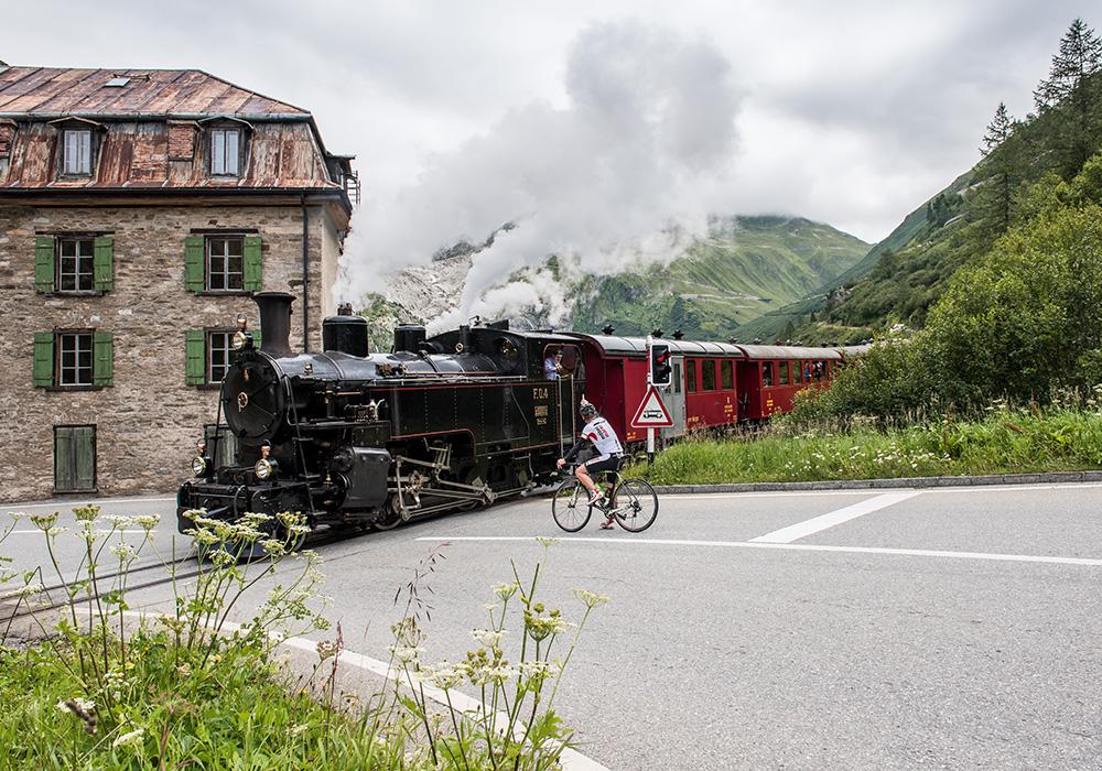 רוכב אופניים וקטר קיטור במעבר פורקה בגלטש