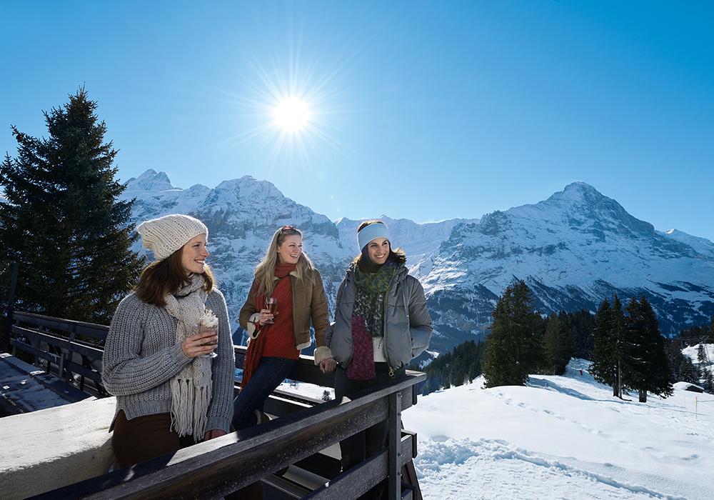 קבוצת דוגמניות נהנית ממשקה חם בשלג