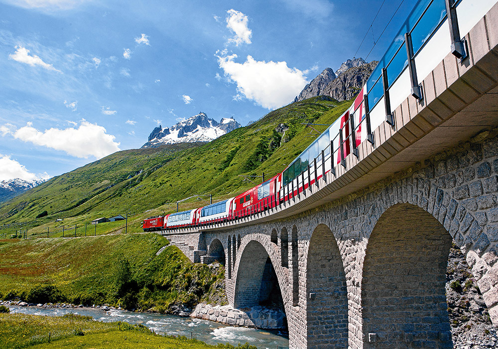 רכבת בקו הקרחונים על גשר אבן על פני נהר
