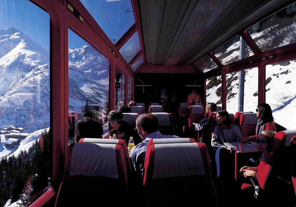 נוסעים בחלון פנורמי הראטי בגראובינדן