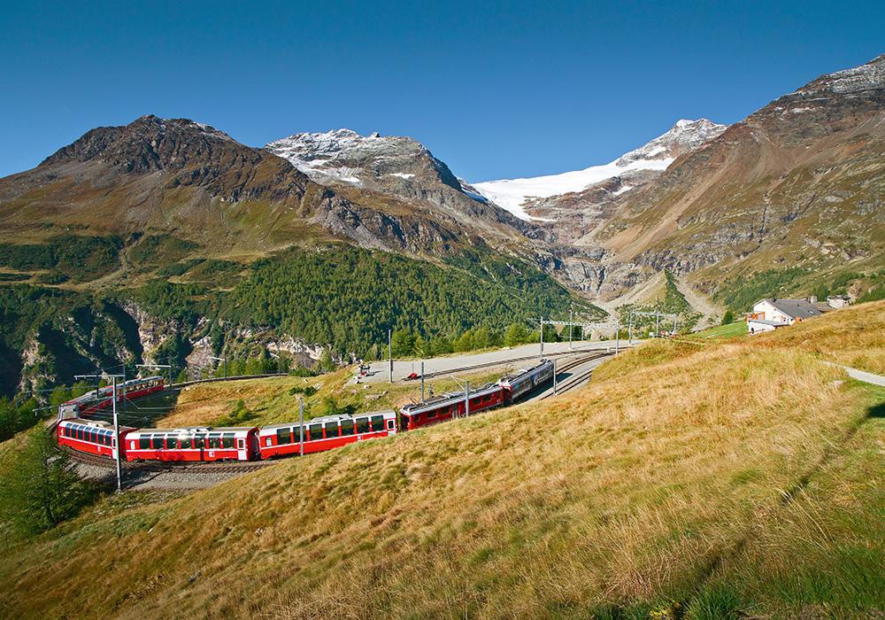 רכבת האלפים הראטיים חולפת על פני הרים וקרחון